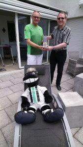 Übergabe des Champagners an den Sieger Jürgen Smarsly